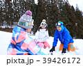 雪遊びする家族 39426172
