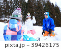 雪遊びする家族 39426175