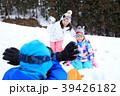 雪遊びする家族 39426182