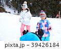 雪遊びする家族 39426184