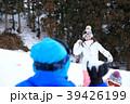 雪遊びする家族 39426199