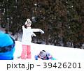 雪遊びする家族 39426201