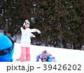 雪遊びする家族 39426202