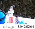 雪遊びする家族 39426204