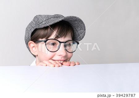 テーブルを覗き込む少年 39429787