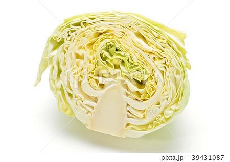 春キャベツのカット断面。葉の巻きがゆるい春キャベツです。愛知県産。 39431087