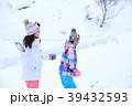 雪遊びする家族 39432593