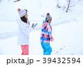 雪遊びする家族 39432594