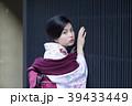 京都府京都市東山区祇園町の花見小路を散策している着物姿の若い女性 39433449