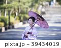 京都府京都市東山区祇園町の円山公園で和傘をさしている着物姿の笑顔の若い女性 39434019