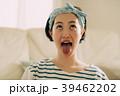 フェイシャルヨガ 顔ヨガをする若い女性 39462202