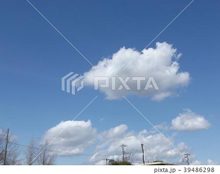 草野水路脇の道路からの青空とと白い雲 39486298
