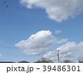草野水路脇の道路からの青空とと白い雲 39486301