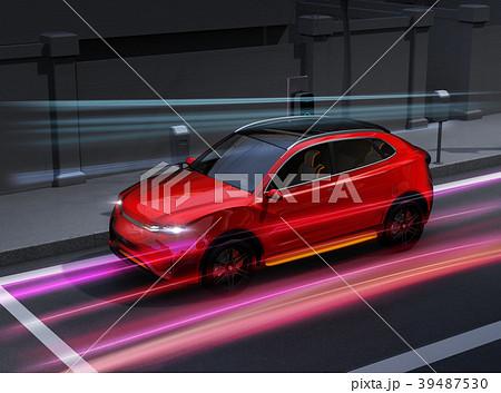 急速充電ステーションに充電している電動SUVのイメージ。 39487530