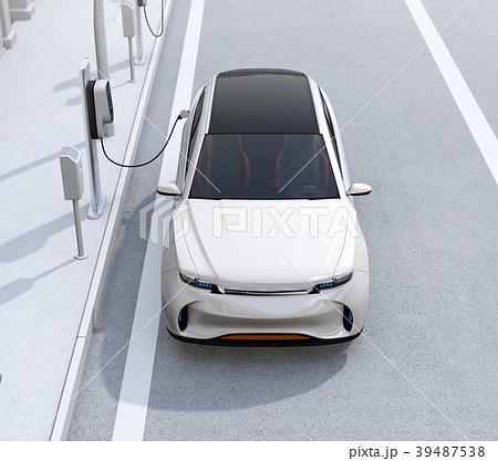 路肩駐車中の電動SUVが急速充電している正面イメージ 39487538