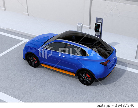 路肩駐車中の電動SUVが急速充電しているイメージ 39487540