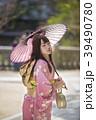 神戸三ノ宮にある生田神社の境内で日傘をさしている着物姿の若い女性 39490780