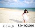 女の子 ビーチ 砂浜の写真 39492899