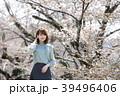 京都府京都市東山区の蹴上インクラインで桜を見ている若い女性 39496406