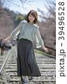 京都府京都市東山区の蹴上インクラインの線路の上を歩く笑顔の若い女性 39496528