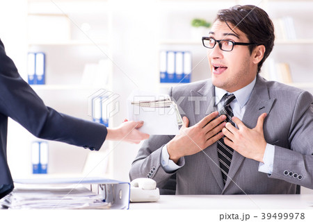 businessmanbeing offered bribe for breaking lawの写真素材 39499978