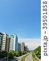 夏の青空のマンション街 39501858