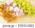 木のテーブルの上の3種のデンドロビウムの花 39501882