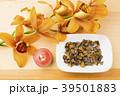 茶色のデンドロビウムの花とキャンドルと虎目石 39501883