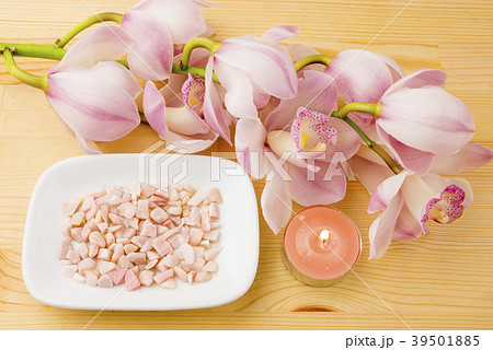 ピンクのデンドロビウムの花とピンクオパールのさざれ石 39501885