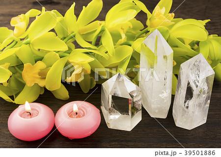 キャンドルと水晶と緑色のデンドロビウムの花 39501886