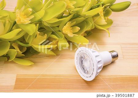 木のテーブルの上のLEDランプと洋蘭 39501887