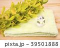 木のテーブルの上のタオルと水晶と洋蘭 39501888