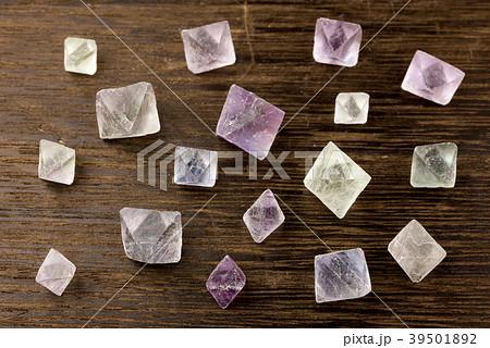木のテーブルの上の蛍石の結晶 39501892