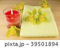 キャンドルとタオルと緑色のデンドロビウムの花 39501894