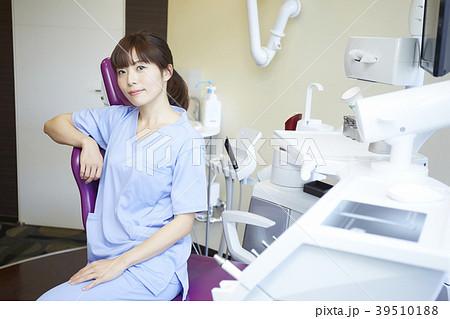 歯医者で働く女性 39510188