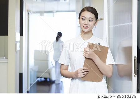 歯医者で働く女性 39510278