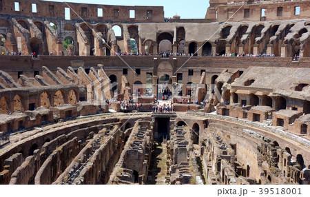 イタリア ローマ コロッセオと観光客 Italy Roma Colosseo and tourist 39518001