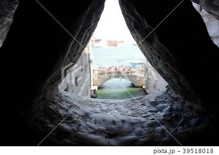 イタリア ベネチア 溜息の橋から外界を望む Itary Venice 39518018