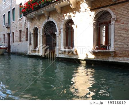 イタリア ベネチア ゴンドラから見る街並み Itary Venice A view from the 39518019