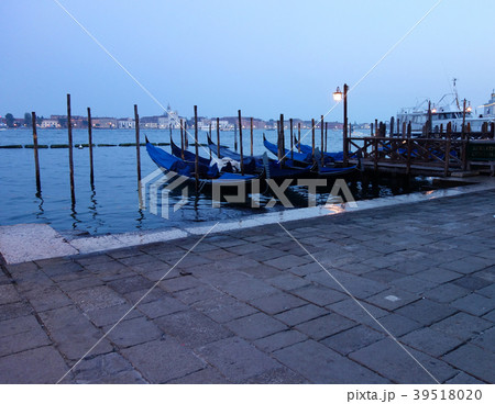 イタリア ベネチア 夕暮れ時のサンマルコ広場 ゴンドラ乗場 Italy Venice 39518020