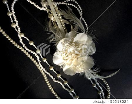 コサージュ付きのパールネックレス Pearl necklace with corsage 39518024