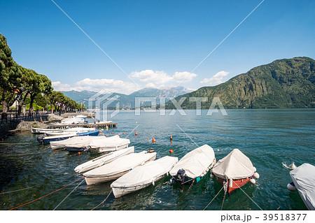 Boat on Lake Como, Italy. 39518377