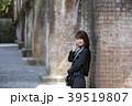 京都府京都市左京区の南禅寺の水路閣を背にしている笑顔の若い女性 39519807
