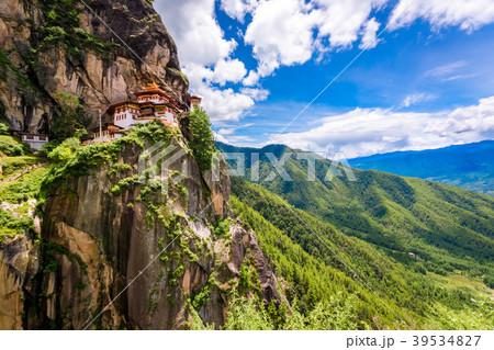 ブータン・世界遺産タクツァン僧院と空を眺める 39534827