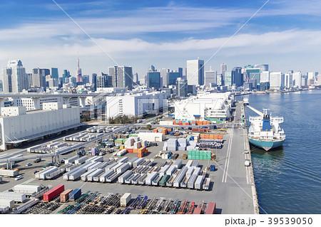 コンテナの並ぶ港 39539050