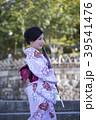 京都府京都市東山区の清水寺の境内で和傘を持っている着物姿の笑顔の若い女性 39541476