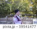 京都府京都市東山区の清水寺の境内で和傘を持っている着物姿の笑顔の若い女性 39541477