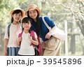 親子遠足 小学生2人姉妹と母親 39545896