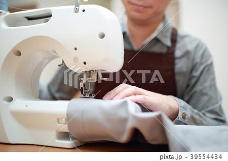 ミシン (家事 手作り ハンドメイド パパ 父親 裁縫 趣味 顔なし ボディパーツ ライフスタイル) 39554434