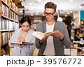 男の人 書店 本屋の写真 39576772